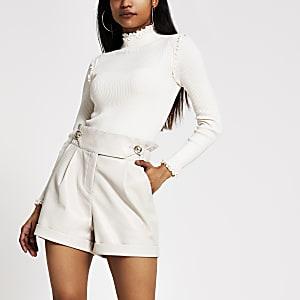 Petite – Shorts in Creme aus Lederimitat mit hohem Bund