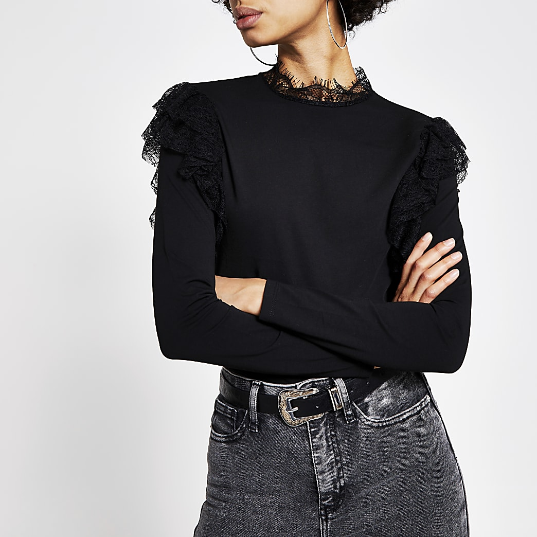 Zwart T-shirt afgewerkt met kant en ruches en lange mouwen