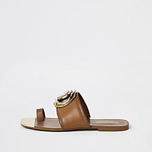 Braune Sandalen mit Schmuckstein und Zehenhalter