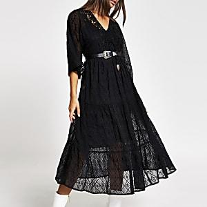 Zwarte gesmokte midi-jurk met kant en lange mouwen