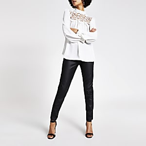 Witte blouse met kanten franje bij de hals