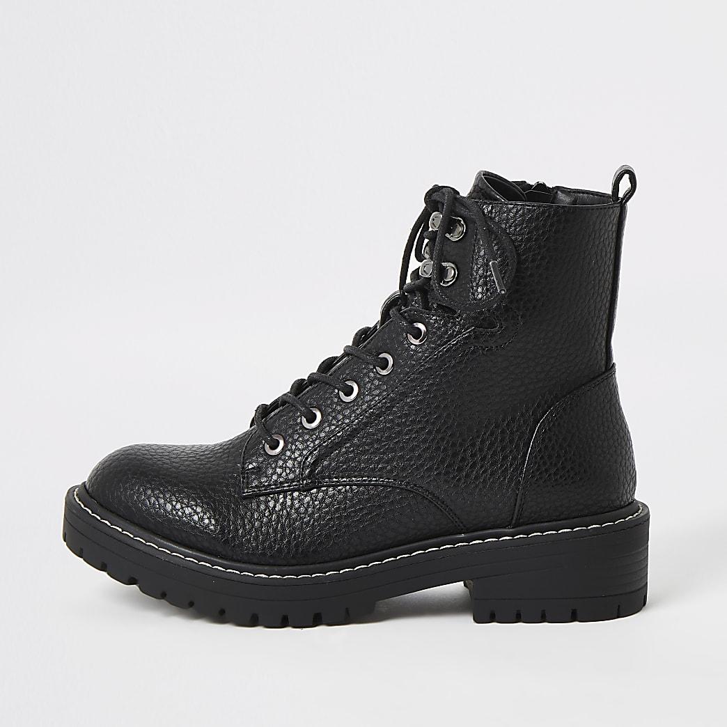Zwarte stevige laarzen met brede pasvorm en vetersluiting