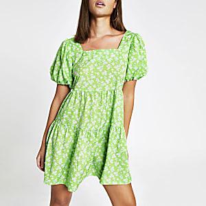Grünes, gesmoktes Minikleid mit Blumenmuster und kurzen Ärmeln