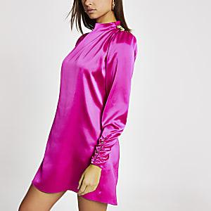 Robeévasée rose vif en satin avec boutons aux épaules