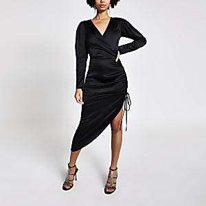 Zwarte midi-jurk met ruches aan de zijkant en overslag