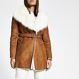 Brauner Mantel aus Wildlederimitat mit Gürtel und Kunstfell