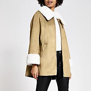 Veste cape marron en suédine bordée de fausse fourrure