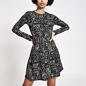 Zwartegeribbelde gesmoktemini-jurk met print