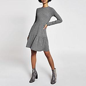 Grijze geribbelde gesmoktemini-jurk met lange mouwen