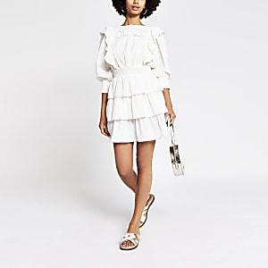 Witte gelaagde waisted mini-jurk met ruches