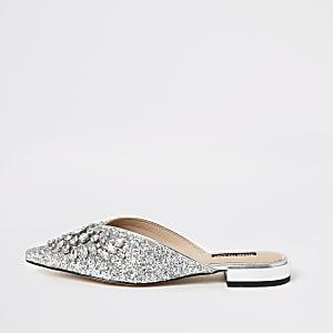 Silberne, spitze Sandalen mit Verzierung