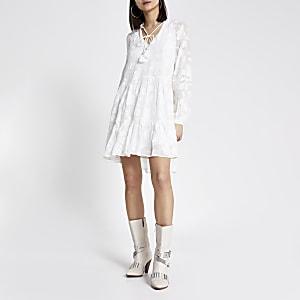 Geblümtes und gesmoktes Mini-Jacquard-Kleid in Weiß