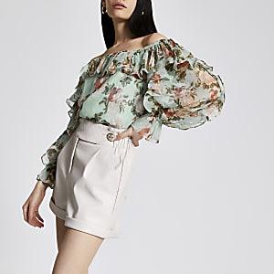 Gerüschte, blaue Bardot-Bluse mit Blumenmuster