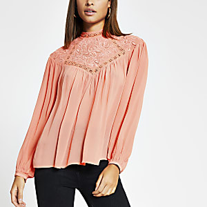 Koraalkleurige geborduurde hoogsluitende blouse