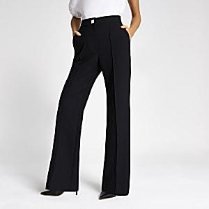 Zwarte uitlopende broek met knoop met siersteentjes