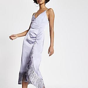 Lila Slip-Kleid aus Satin mit Fransen und Wickeloptik