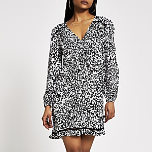 RI Petite - Zwarte gesmokte mini-jurk met print en strik bij de hals