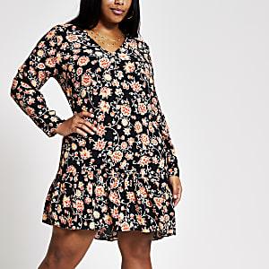 Plus – Swing-Kleid in Midilänge mit Blumenmuster in Schwarz