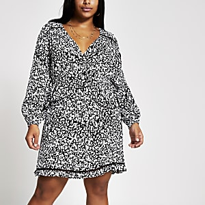 Plus – Schwarzes, gesmoktes Minikleid mit Print und Rüschen