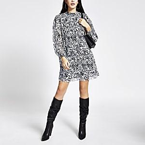 Schwarzes, langärmeliges Plissee-Swing-Kleid mit Muster