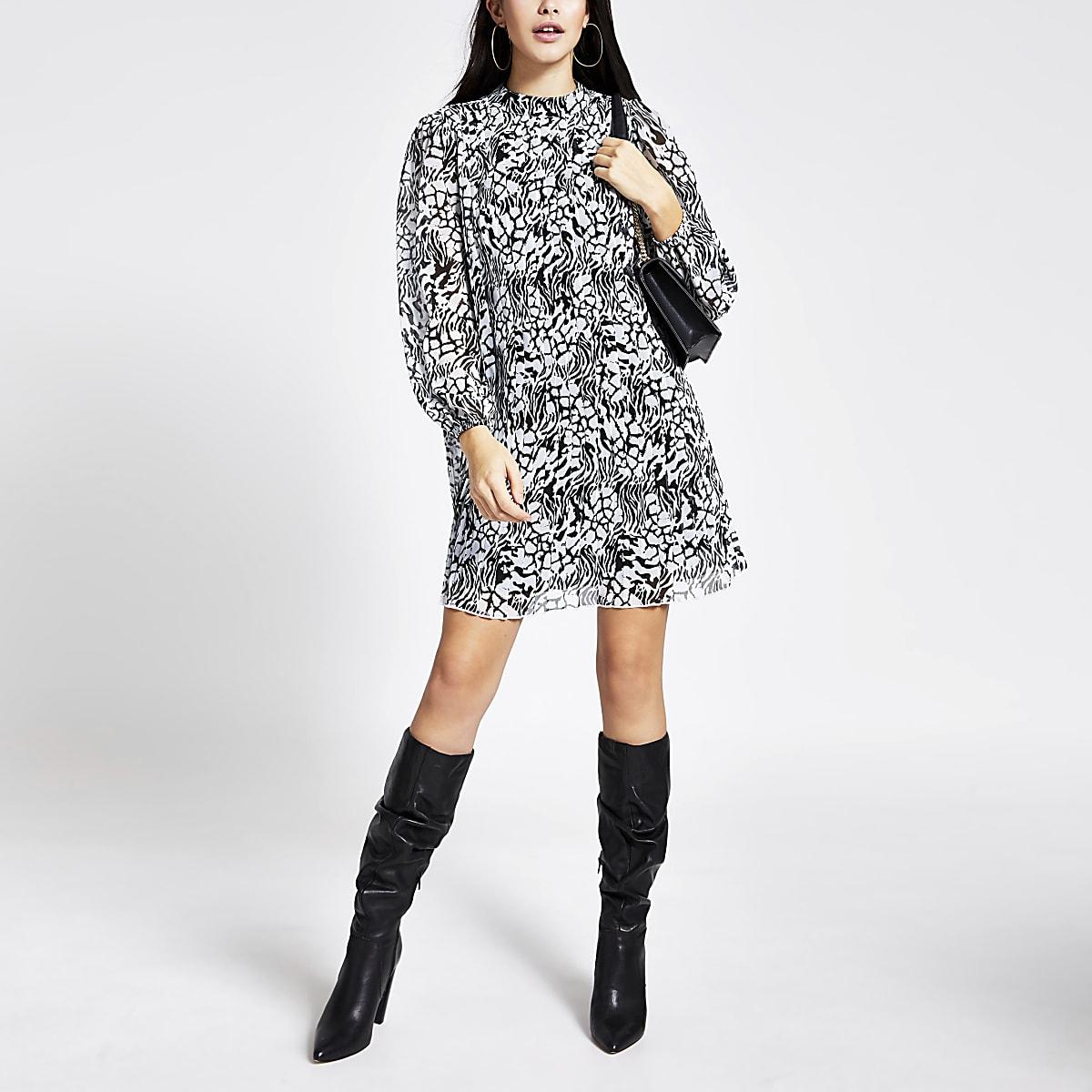 Zwarte geplooide swing-jurk met lange mouwen en print