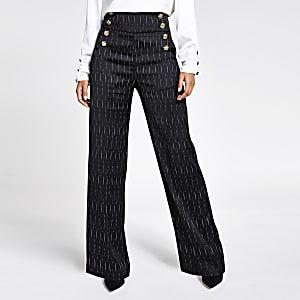 Schwarze Hose mit weitem Beinschnitt, Streifen und Knopf vorne