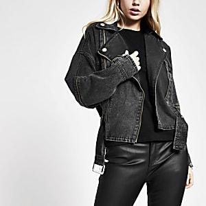 Schwarze Jeansjacke mit Reißverschluss vorne und Gürtel