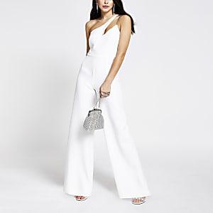 Witte jumpsuit met uitsnede en één blote schouder
