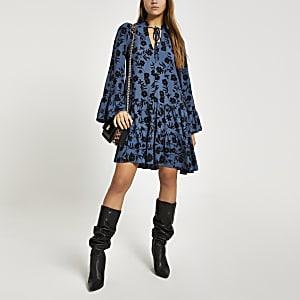 Blaues, gesmoktes Minikleid mit langen Ärmeln und Blumenmuster