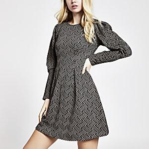 Mini-robe cintrée marron imprimégéométriqueà manches longues