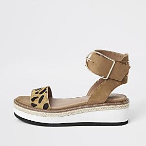 Bruine sandalen met tweedelige plateauzool en luipaardprint