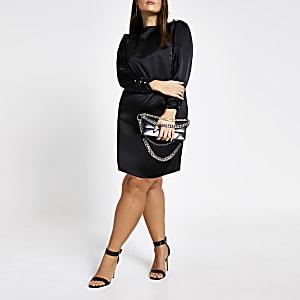 Plus–Robeévasée noire en satin avec boutons aux épaules