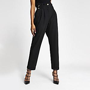 Zwarte tapstoelopende broek met gesp op de taille
