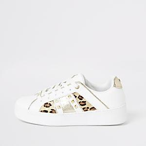 Weiße Sneaker mit Leoprint und Nieten auf der Seite