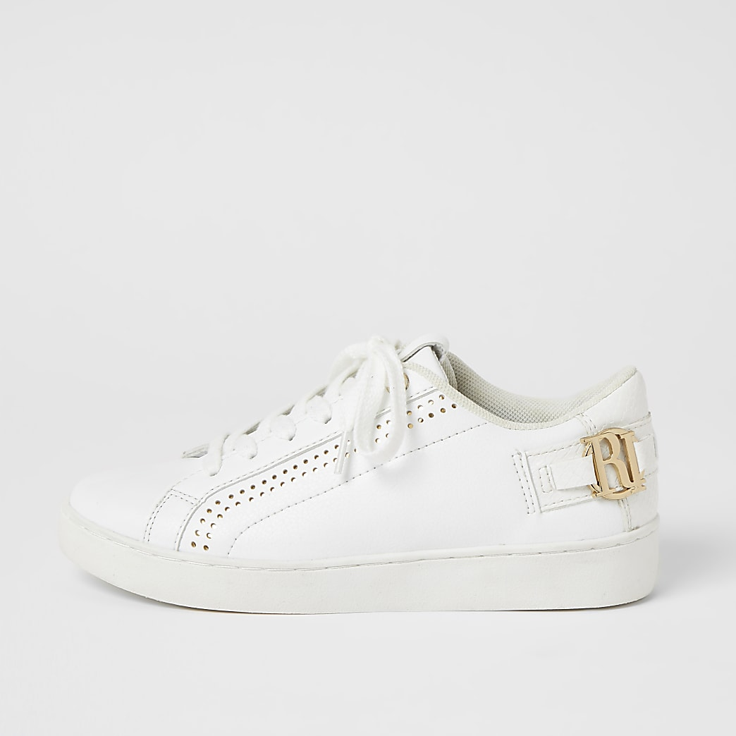 Witte sneakers met perforaties, vetersluiting en RI-letters