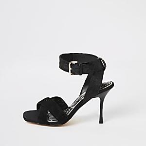Schwarze Sandalen mit hohem Absatz und Knöchelriemen