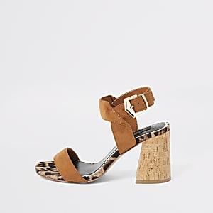Braune, weit geschnittene Sandalen mit Blockabsatz aus Kork