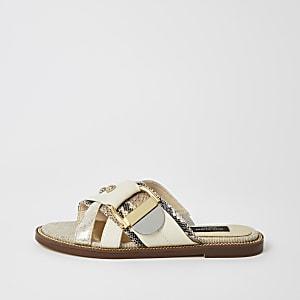 Crèmekleurige sandalen met wijde pasvorm en bandjes met siersteentjes en studs