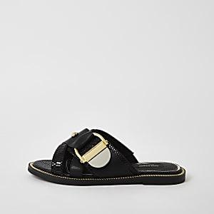 Sandales noires avec bride cloutéeà boucle, coupe large