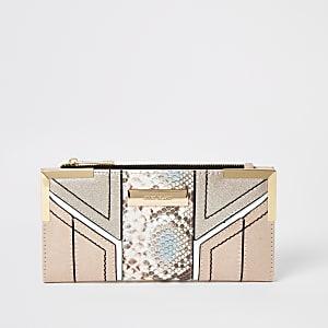 Roze uitvouwbare portemonnee met slangenprint in reliëf en uitsnedes