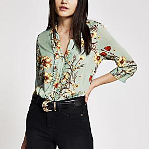 Grünes Hemd mit Blumenmuster, Knopfleiste vorne und Rüschen