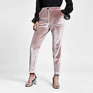 Roze fluwelen smaltoelopende broek