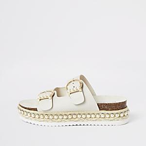 Crèmekleurige platte sandalen verfraaid met parels
