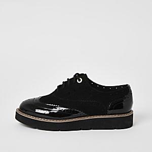 Zwarte brogue schoenen met stevige zolen en vetersluiting