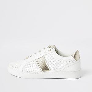 Weiße, perforierte Sneaker zum Schnüren mit Streifen in Gold