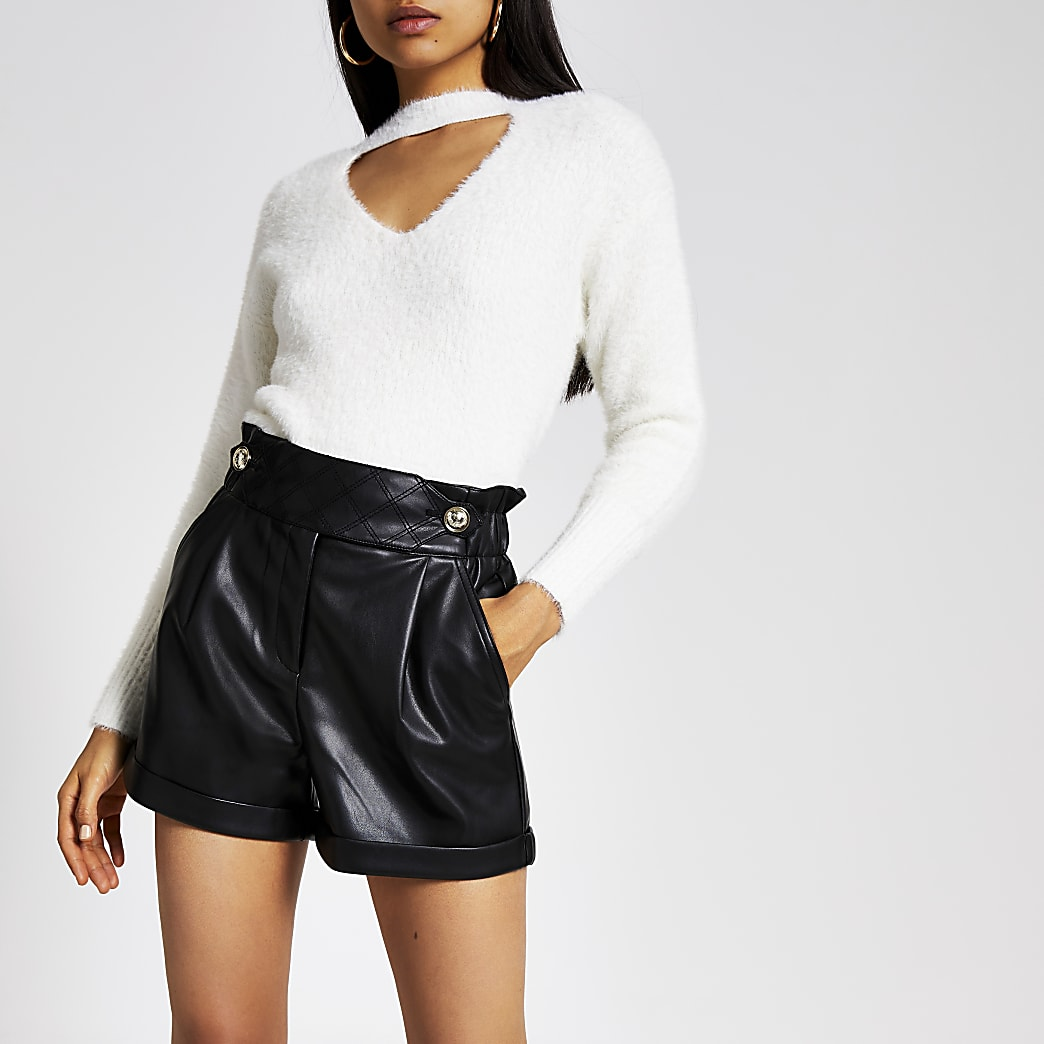 Zwarte imitatieleren shorts met geplooide taille