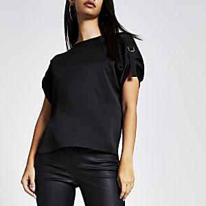 Zwart T-shirt met D-ring op de schouders en korte mouwen