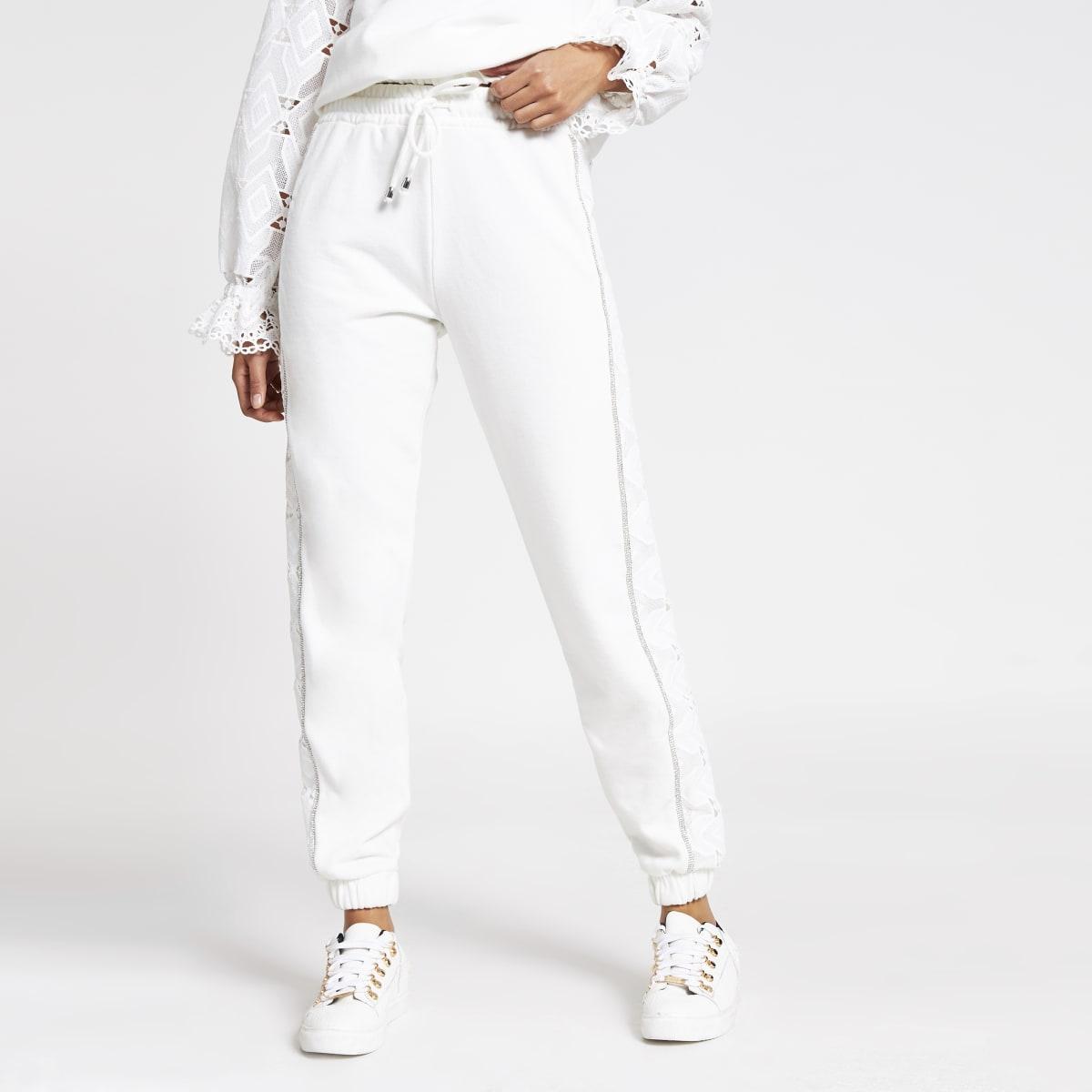Pantalon de jogging blanc avec broderie anglaise en strass sur lecôté