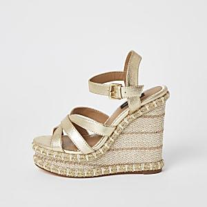 Goudkleurige metallic sandalen met wijde pasvorm en sleehak
