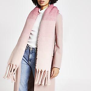 Écharpe en maille rose effet dégradéà franges
